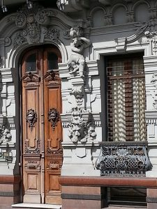 montevideo-architecture-carved-door